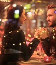Ett par på restaurang